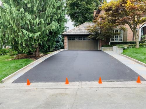 ASPHALT DRIVEWAY WITH BANAS STONE BANDING